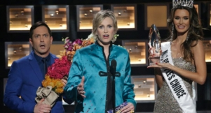 Jane Lynch's Top LOL Moments From The 2016 People's Choice Awards