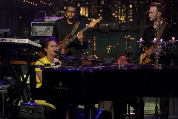 "Alicia Keys Performs ""Listen To Your Heart"""