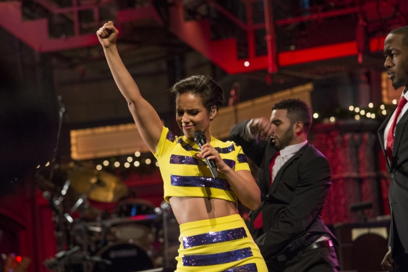 "Alicia Keys Performs ""Girl On Fire"""