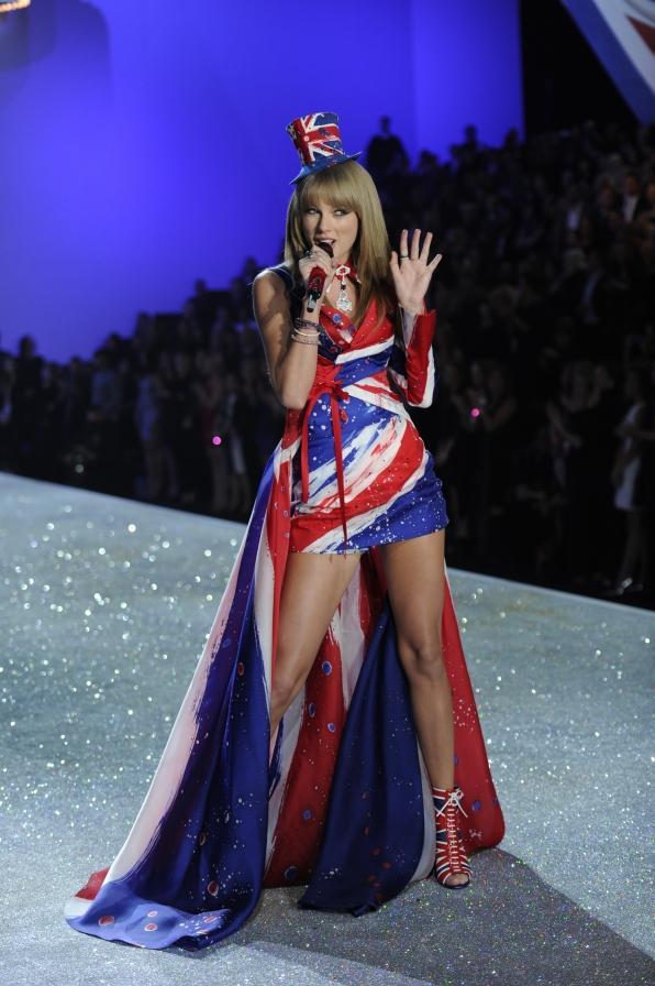 8. A surprise artist rocks the runway (Hi, Taylor Swift!)