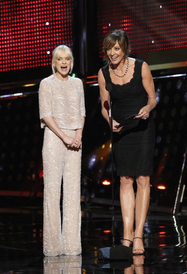 The 2014 People's Choice Awards Show - Anna Faris and Allison Janney