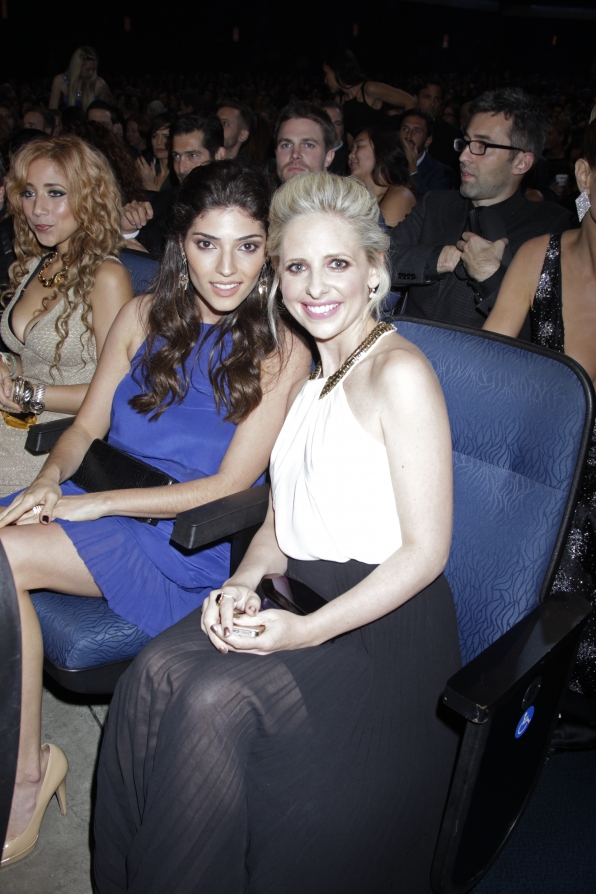 The 2014 People's Choice Awards Behind The Scenes - Amanda Setton and Sarah Michelle Gellar