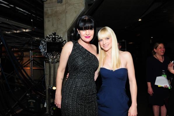 Pauley Perrette & Anna Faris Backstage - GRAMMYs 2014 - CBS.com