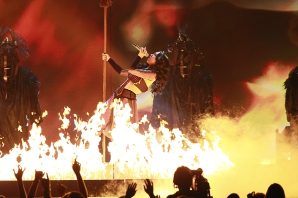 (2014) Katy burns up the stage with an electrifying performance.