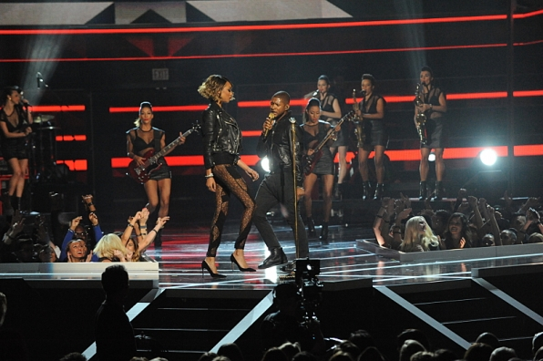 3. Usher and Jourdan Dunn opened the show with a sizzling number.