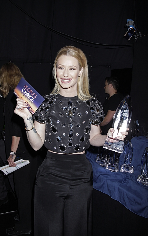 10. Iggy Azalea showed off her trophy.