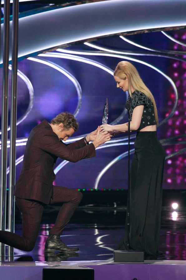 Dax Shepard gets down on one knee to present Iggy Azalea the award for Favorite Hip-Hop Artist.