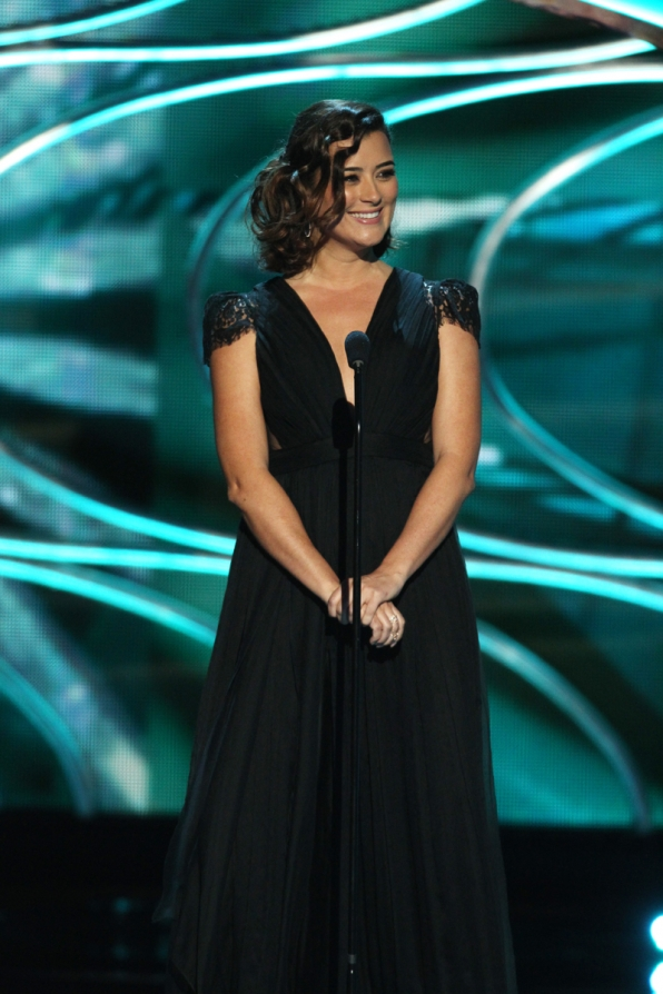 Cote de Pablo radiates in a sleek black number.