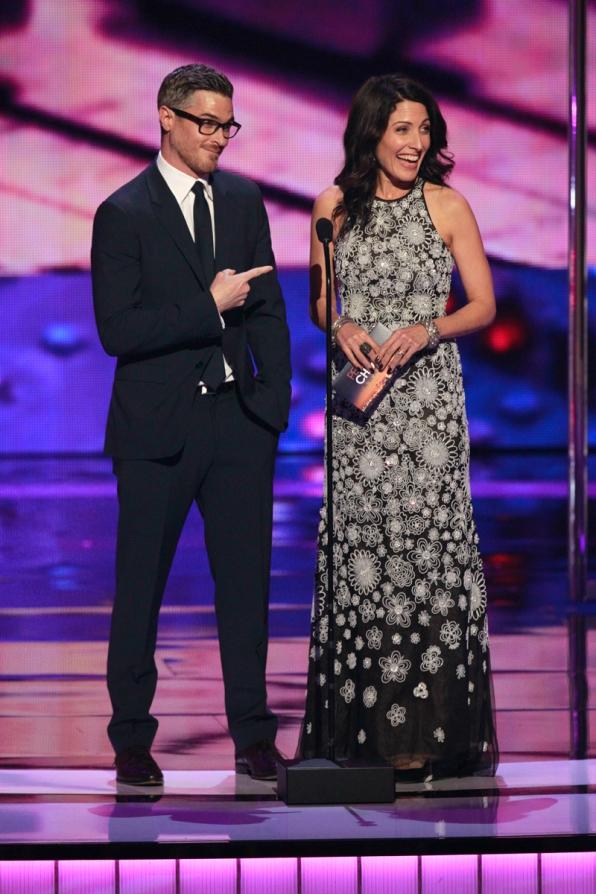 Lisa Edelstein presents at The People's Choice Awards