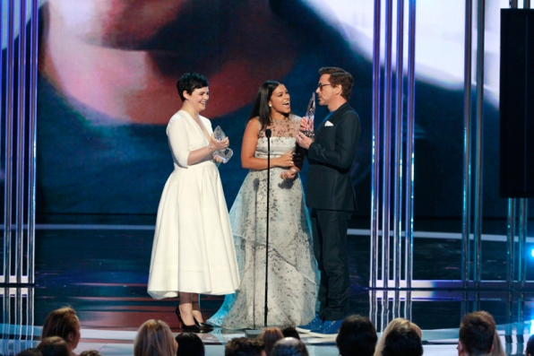 Ginnifer Goodwin presents Robert Downey Jr. with the Favorite Movie Actor award.