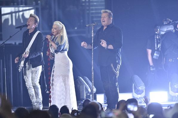 "Christina Aguilera and Rascal Flatts Perform ""Riot"""