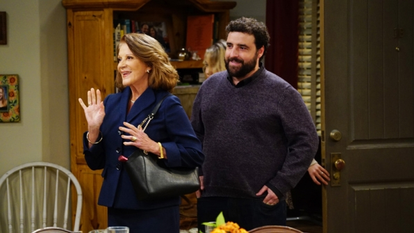 Gregory introduces his mother, Phyllis (Linda Lavin), to the Plunkett ladies.