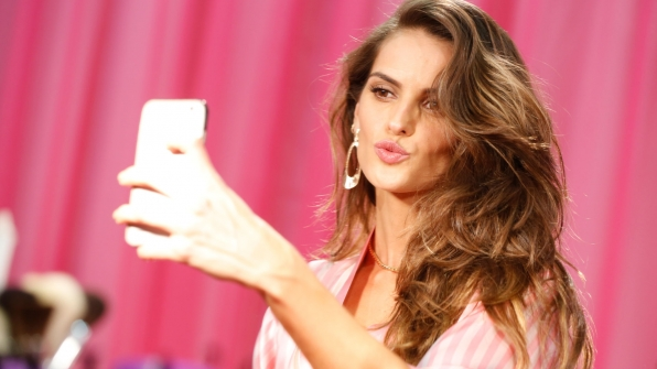 Izabel Goulart puckers up for a selfie