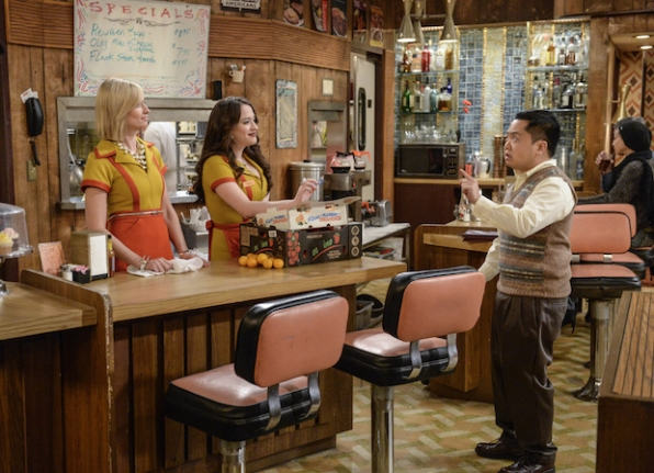 Han chats with Max and Caroline at the diner.