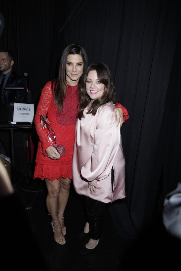 Melissa McCarthy poses backstage with her pal Sandra Bullock