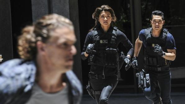 Chin Ho and Kono race after a suspect.