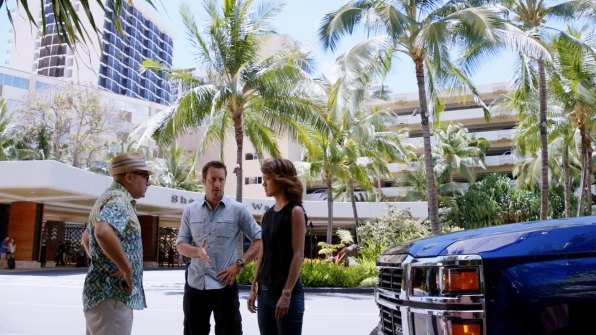 Willie Garson as Gerard Hirsch, Alex O'Loughlin as Steve McGarrett, and Grace Park as Kono Kalakaua