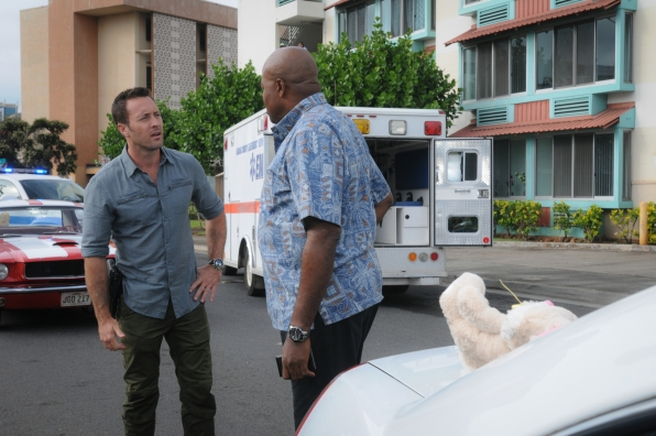Alex O'Loughlin as Steve McGarrett and Chi McBride as Lou Grover