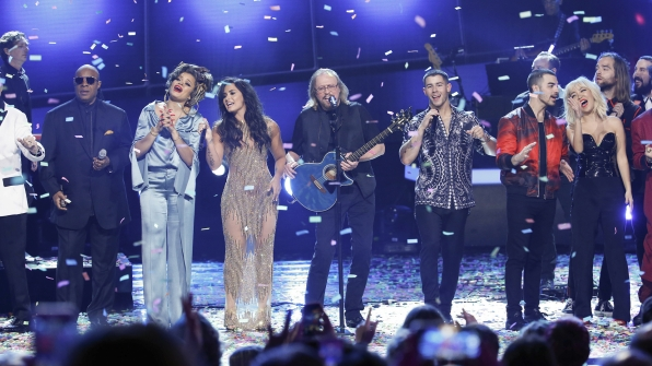 "Barry Gibb and a superstar ensemble perform ""Stayin' Alive"""