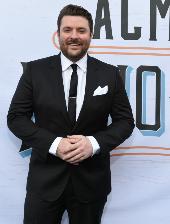 "Chris Young makes fans skip a ""Heartbeat"" while donning a full tux."