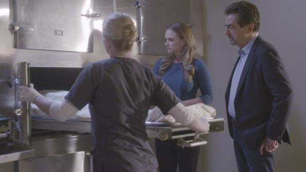 JJ and Rossi investigate the body.