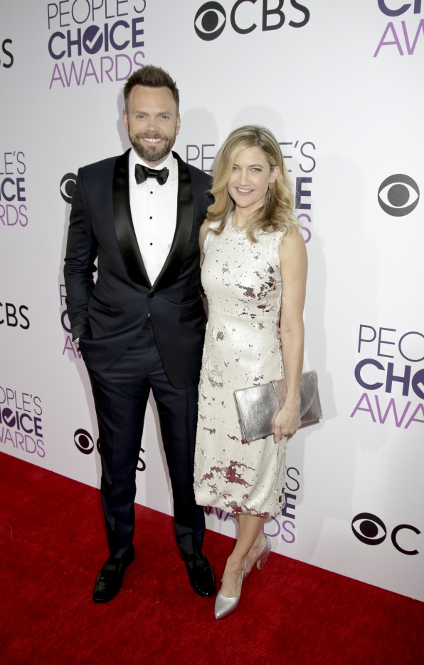 Joel McHale posed with his wife, Sarah Williams, on the carpet before hitting the stage as this year's host.