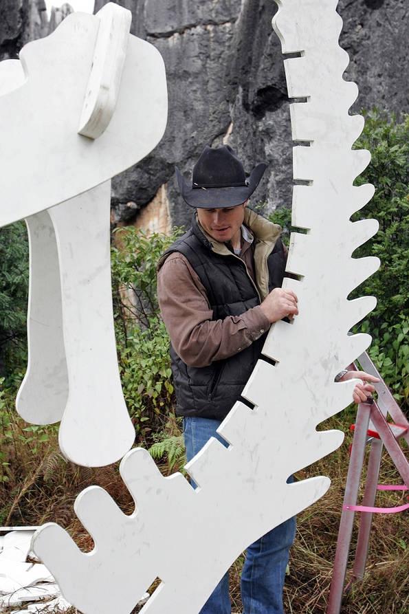 Jet Assembles a Dinosaur