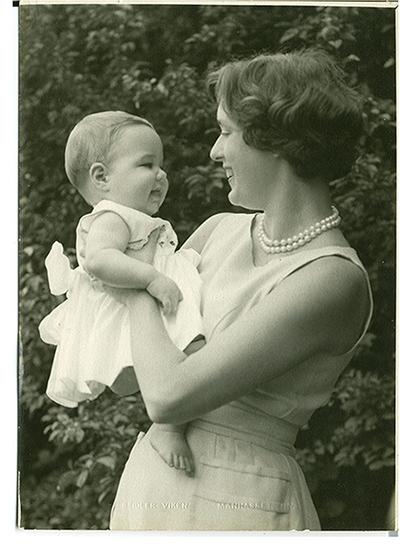 "Moms Behind ""Mom"" - Allison Janney"
