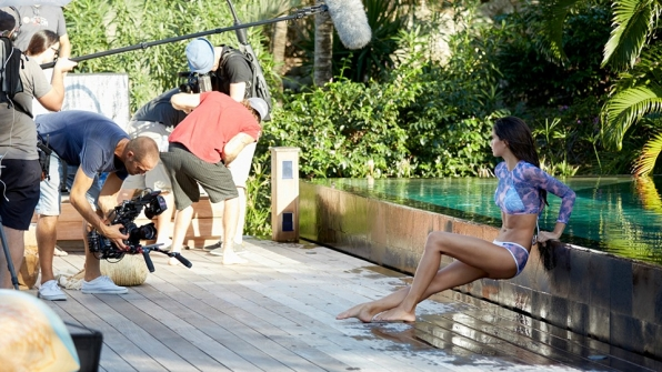 Sara Sampaio gets soaked on set