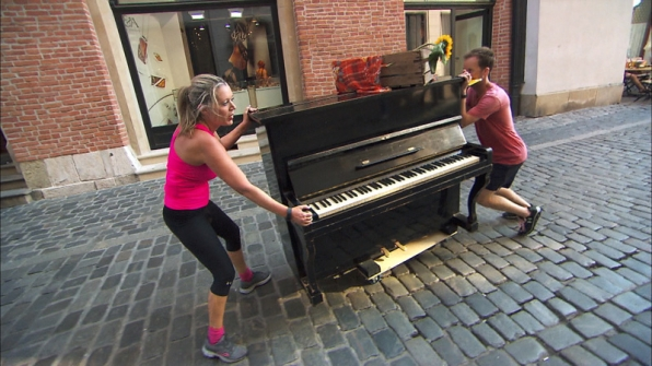 #TeamAlabama push a piano down the street to earn 100 Polish złoty