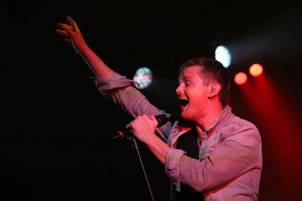 Tom Chaplin Performs