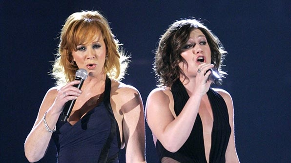 When Reba McEntire sang with an American Idol.