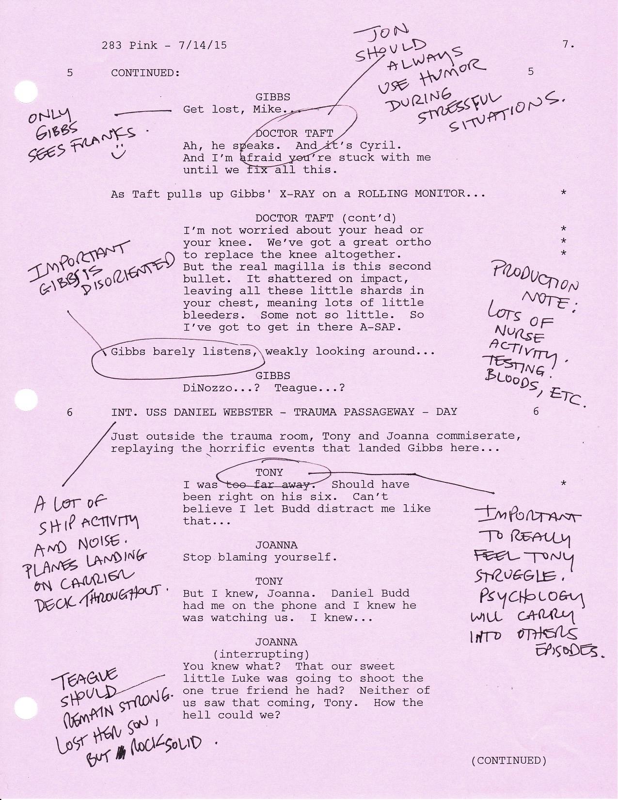 Ukázka scénáře 1. dílu 13. řady s poznámkami výkonného producenta Garyho Glasberga