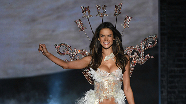 Reasons Why Alessandra Ambrosio\'s Beauty Only Becomes More Divine With Time