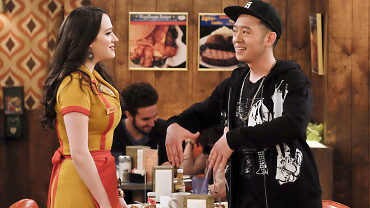 First Look: Max And Caroline Discover Han Is In Deep Trouble On 2 Broke Girls