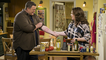 First Look: Mike Becomes Hyper-Vigilant After His Wallet Is Stolen On Mike & Molly